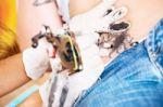 Nauja mada - didelės juodos tatuiruotės. Kodėl žmonės jas renkasi ir kodėl jos kelia nerimą medikams