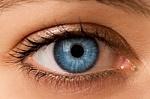 Netinkamai prižiūrimi lęšiai gali tapti akių bakterijoms daugintis palankia terpe