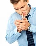 Kas geriau, norint mesti rūkyti - visiškas rūkymo atsisakymas ar perėjimas prie elektroninių cigarečių? Mokslininkai stebėjo 5400 žmonių ir jau turi atsakymą